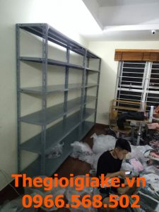 Kệ để hàng quần áo trong kho tại Hà Nội